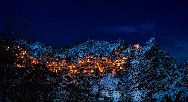 osvětlená vesnice v horách